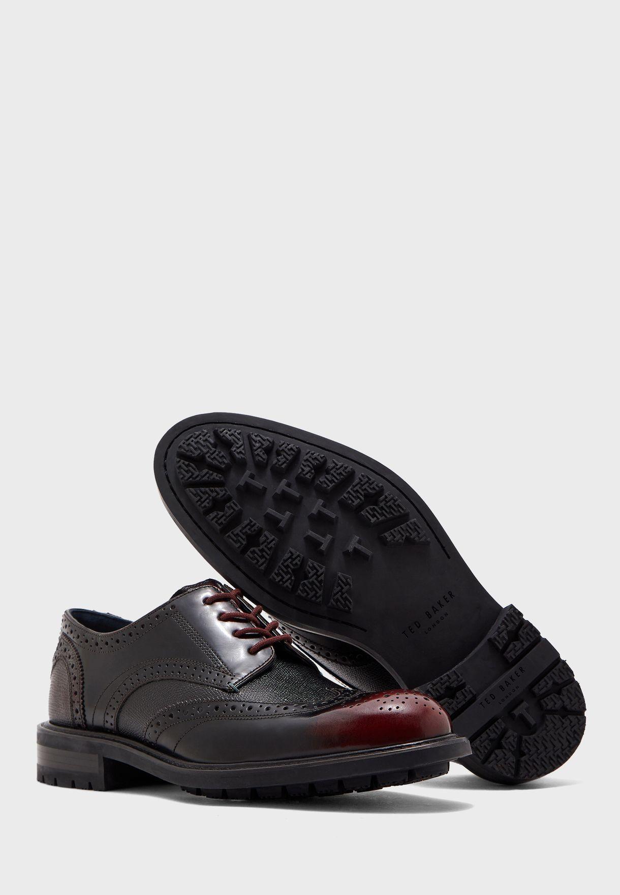 حذاء بنمط بروغ