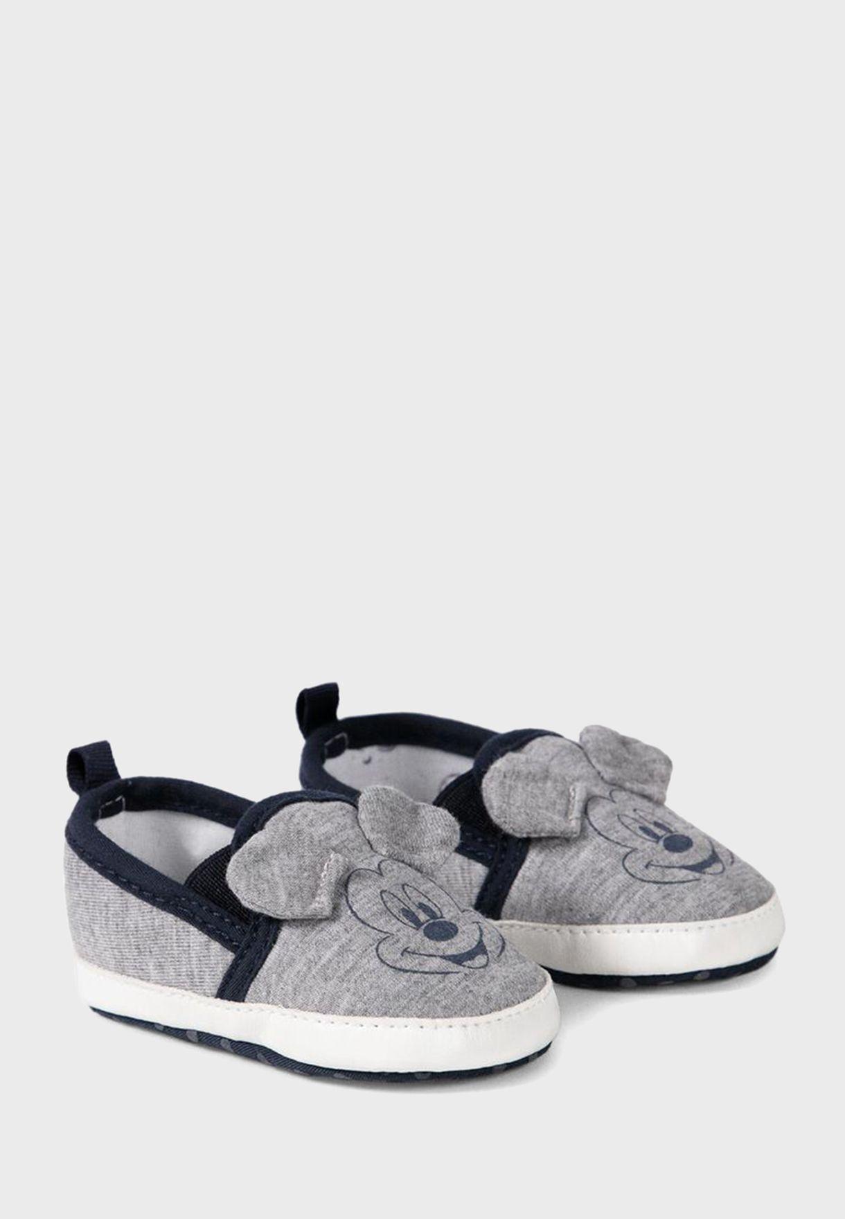 حذاء مزين بميكي ماوس