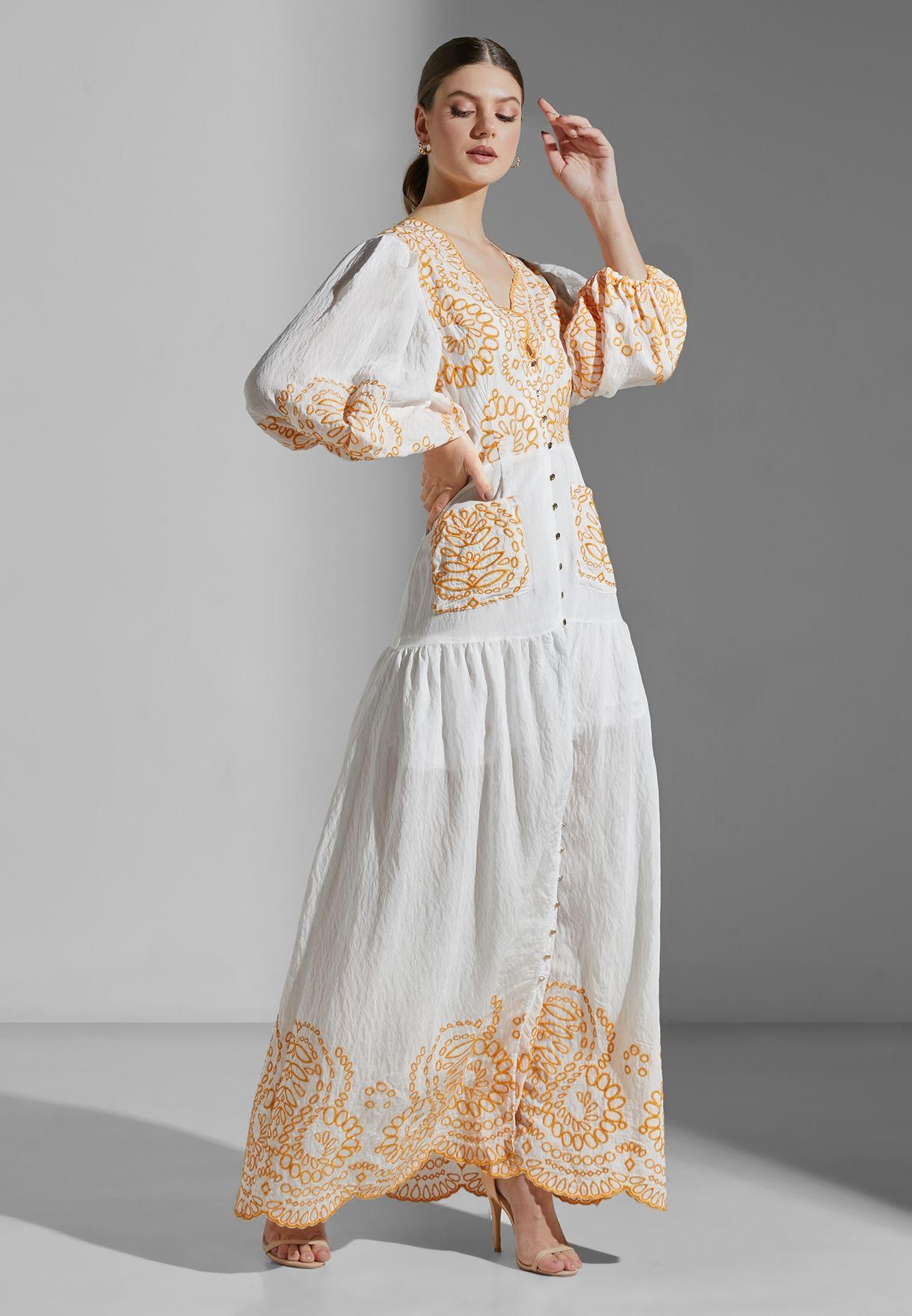 فستان مطرز بياقة عميقة