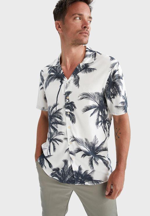قميص بطبعات أوراق شجر