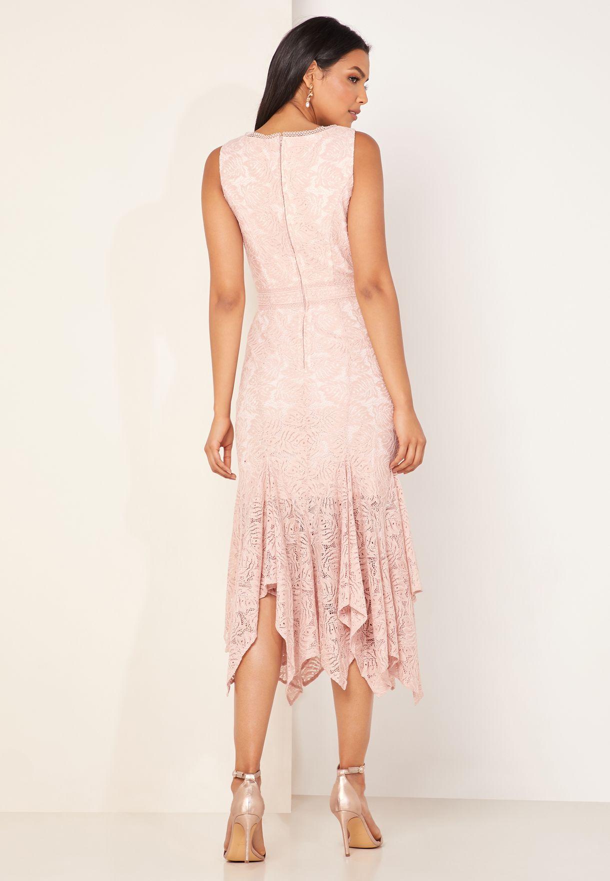 فستان دانتيل مزين بالكشكش