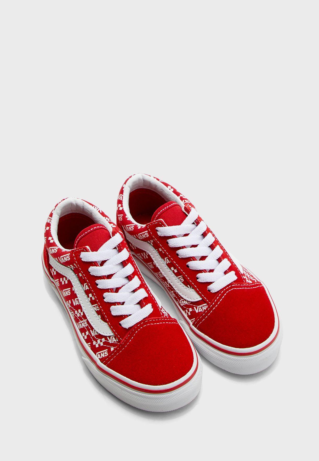 حذاء بطبعات شعار الماركة