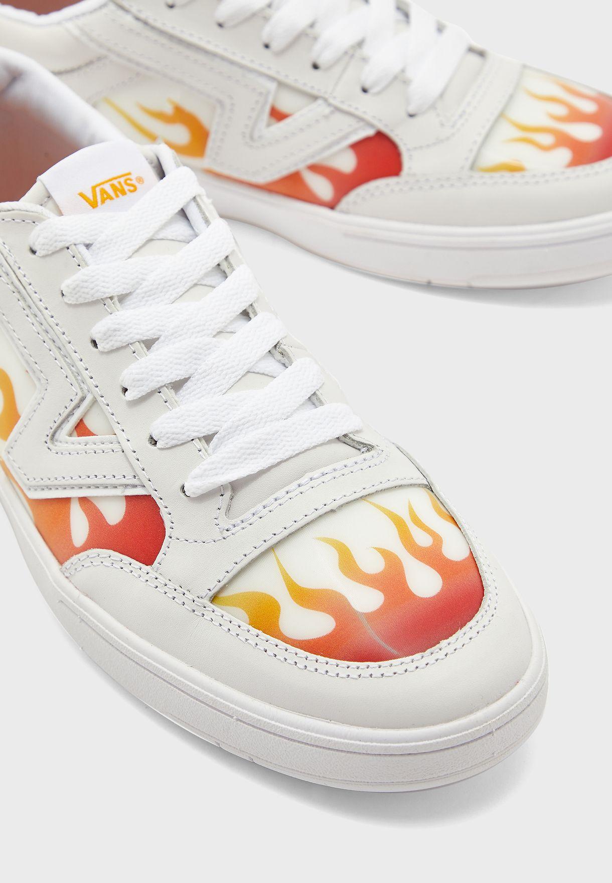 حذاء بتداخلات مطبعة