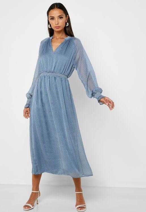 فستان بطبعات واجزاء كشكش على الاكمام