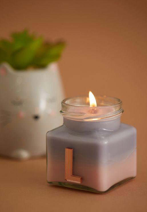 شمعة برائحة الفانيليا واليلانغ يلانغ ومزينة بحرف L