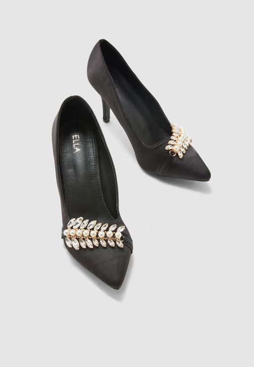 حذاء مزين باللؤلؤ والاحجار