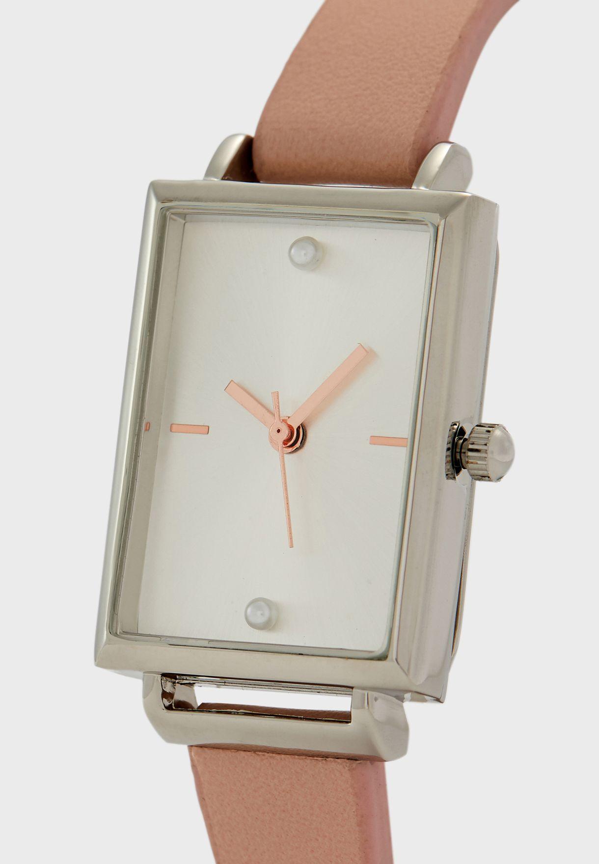 ساعة بعقارب ثلاثية