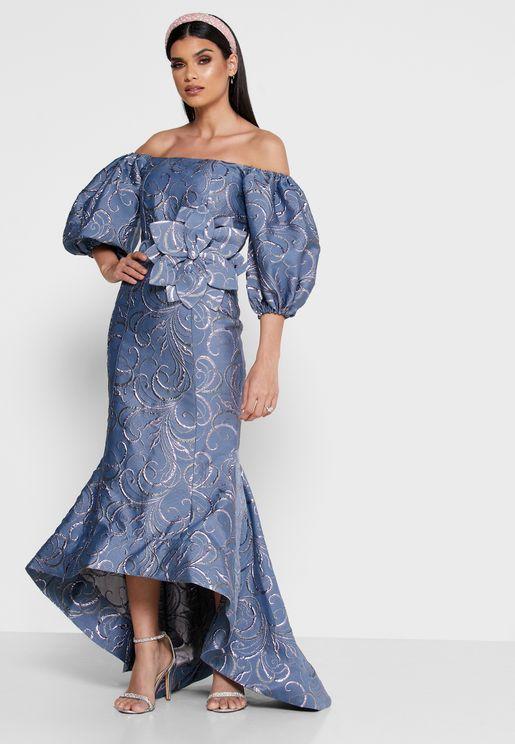 فستان يكشف الاكتاف بأكمام منفوشة