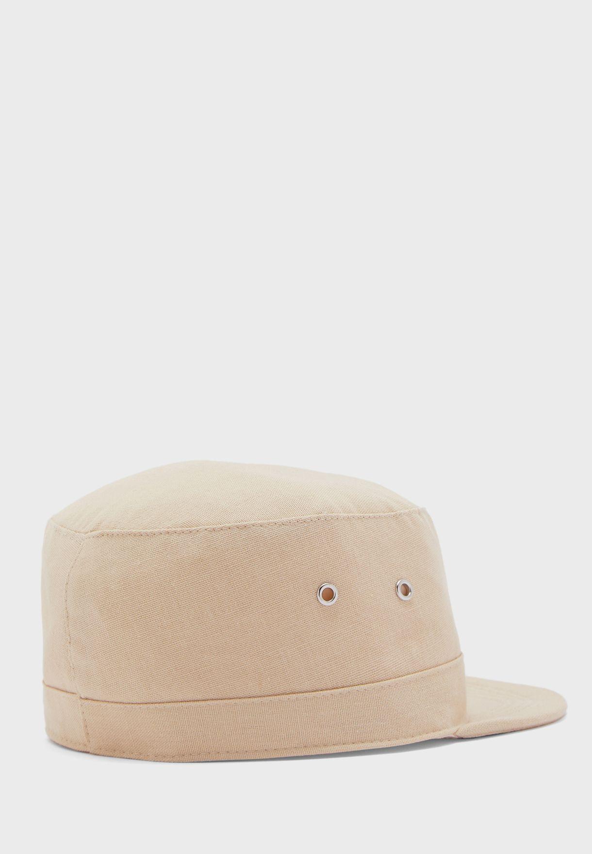 قبعة بحافة مسطحة