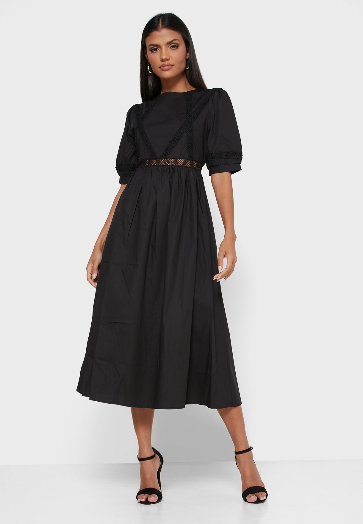 فستان مطرز بياقة دائرية
