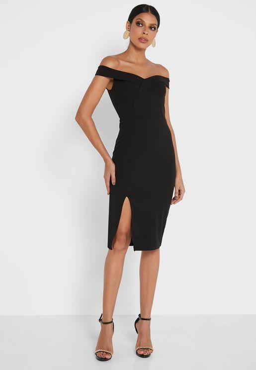 فستان بأكتاف عارية وشق عند الاطراف