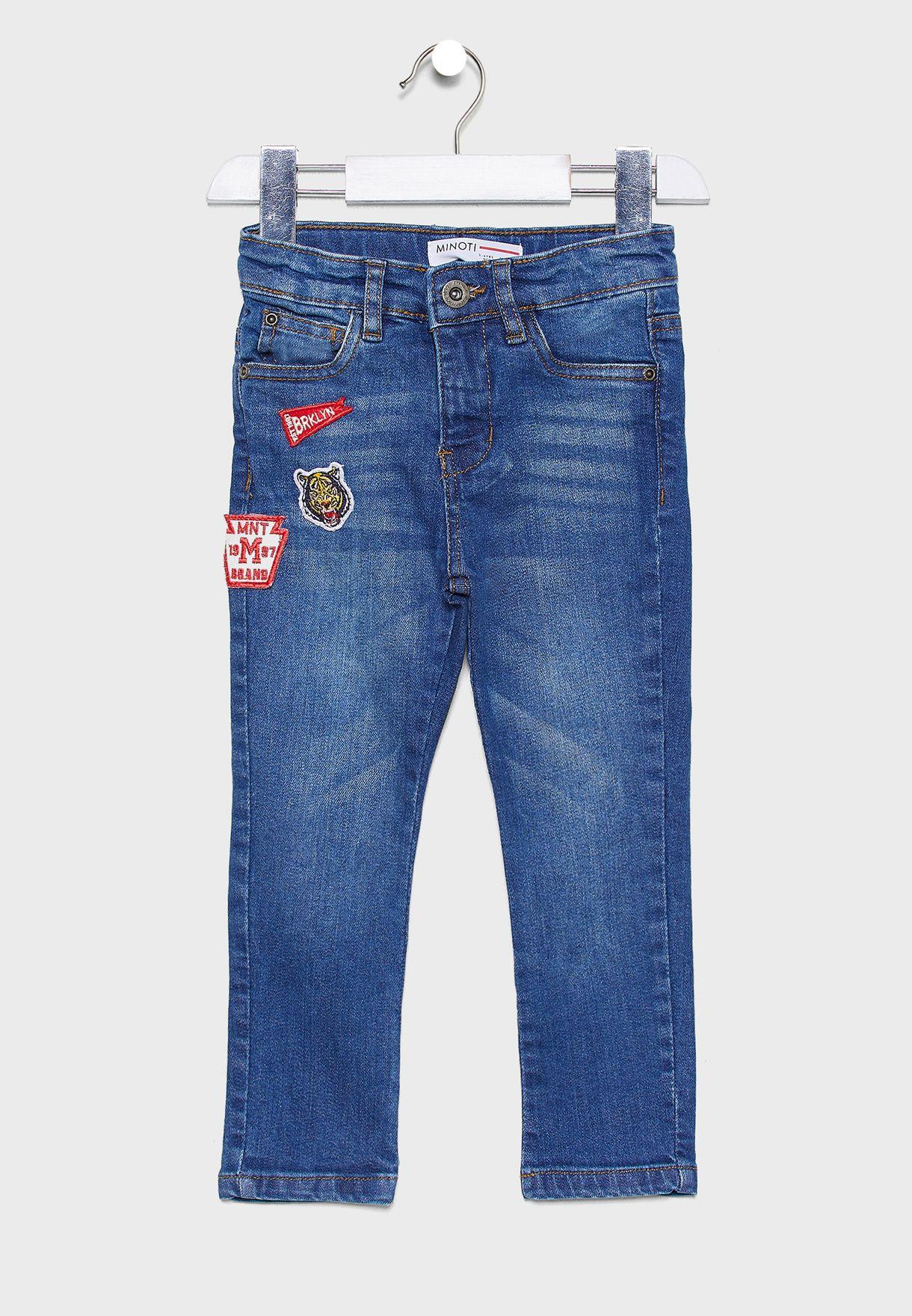 بنطال جينز مزين بشارات