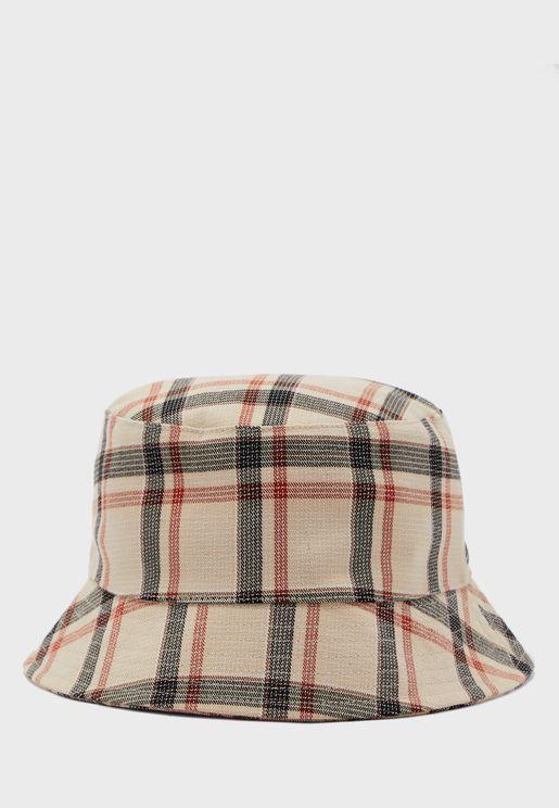 قبعة بطبعات مربعات