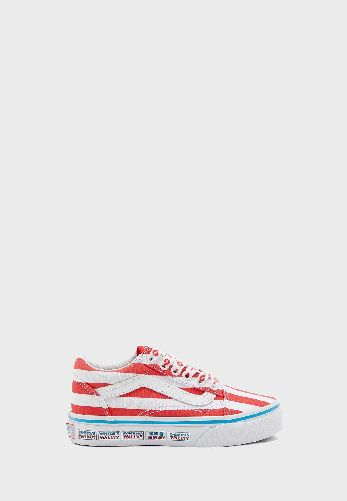 حذاء بطبعات خطوط