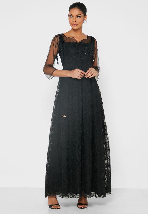 فستان بأكمام واسعة وياقة قلب