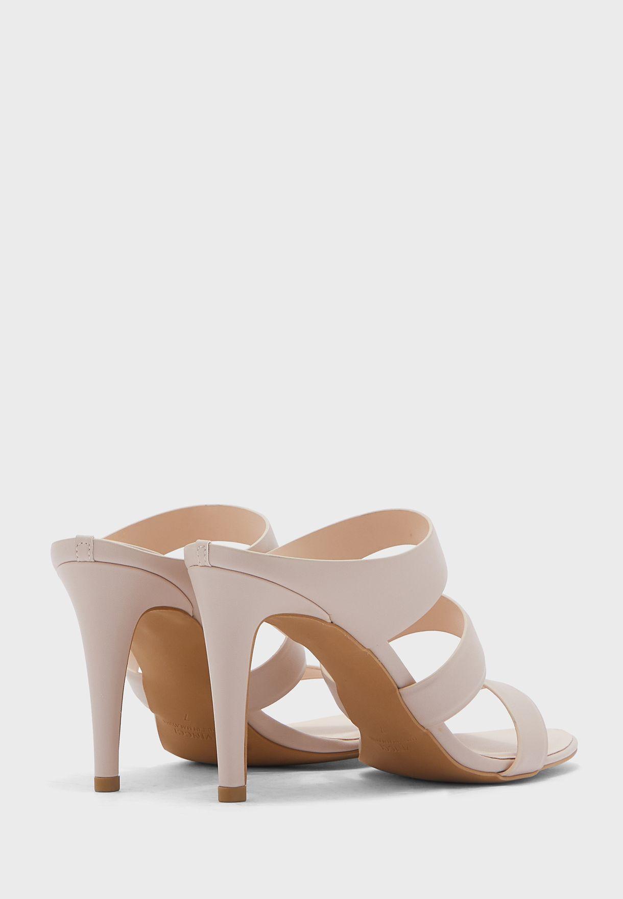 حذاء بكعب عالي واصابع مكشوفة