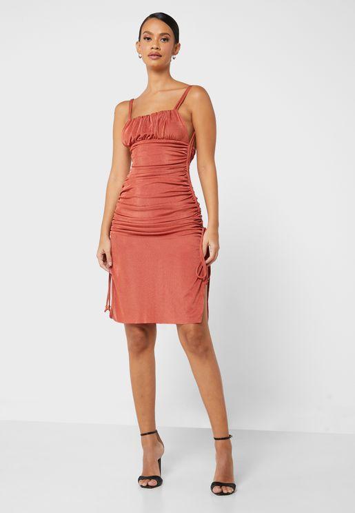 فستان بياقة مربعة وحمالات رفيعة