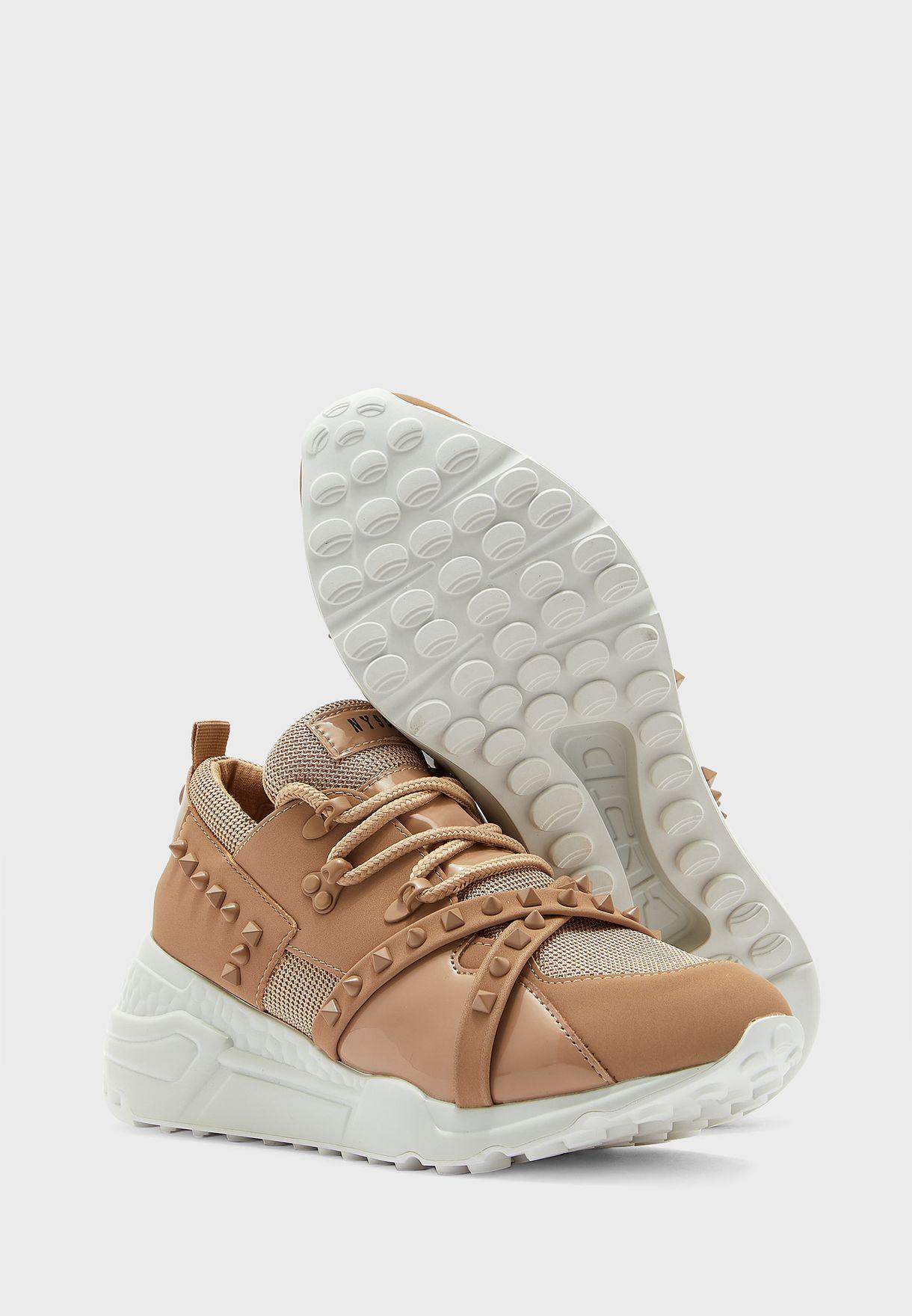 حذاء سنيكرز مزين باحجار لامعة