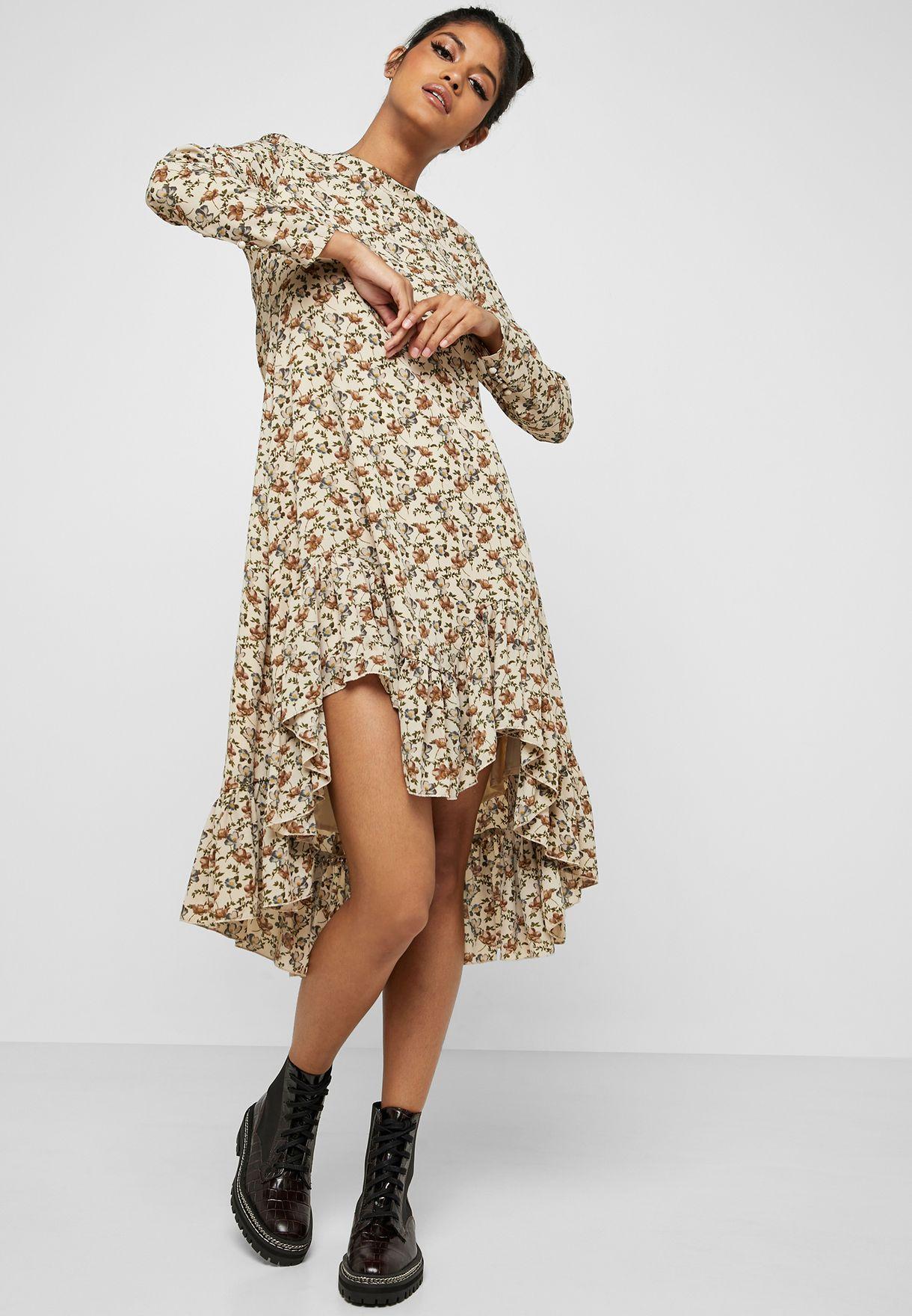 فستان بحواف مختلفة في الطول مع طبعات ازهار