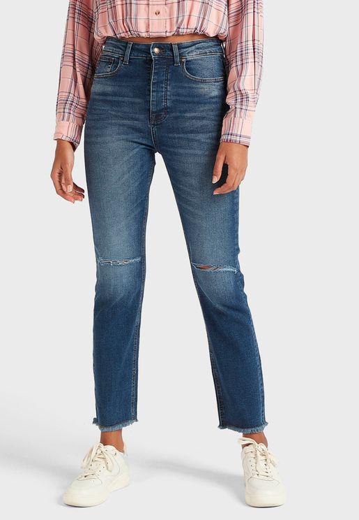 جينز مزين بشقوق واطراف غير مدروزة