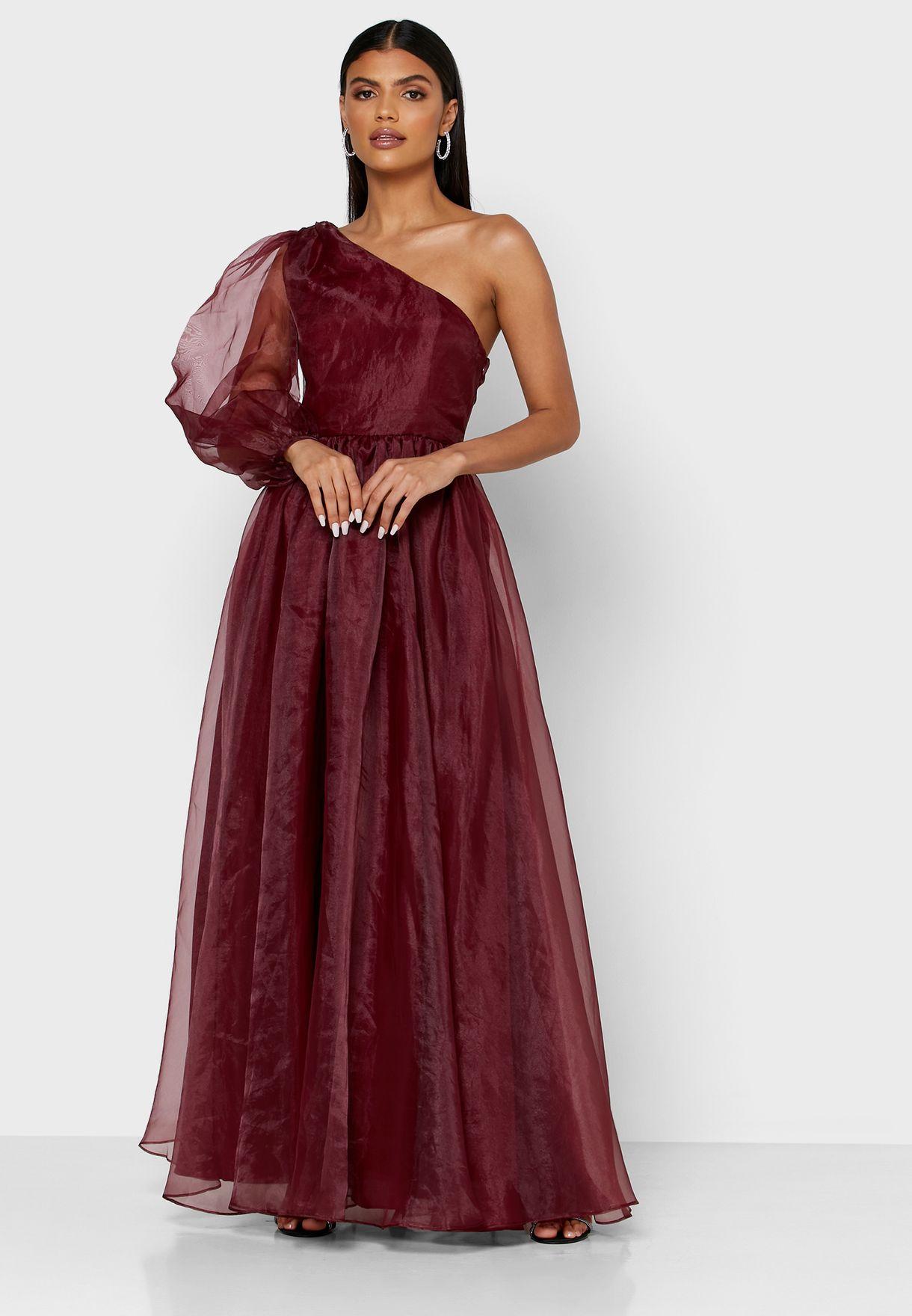 فستان بكم منفوش وبحافة واسعة