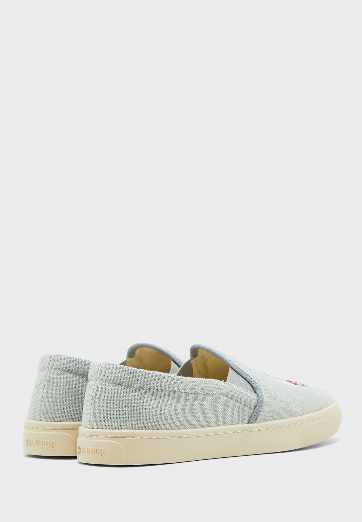 حذاء مزين بتطريز
