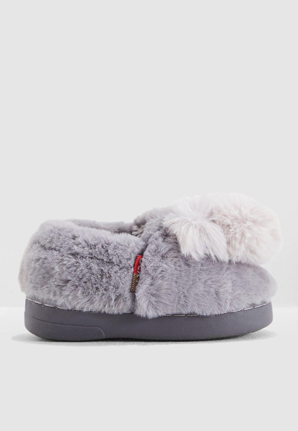 حذاء مزين بكرات بوم بوم