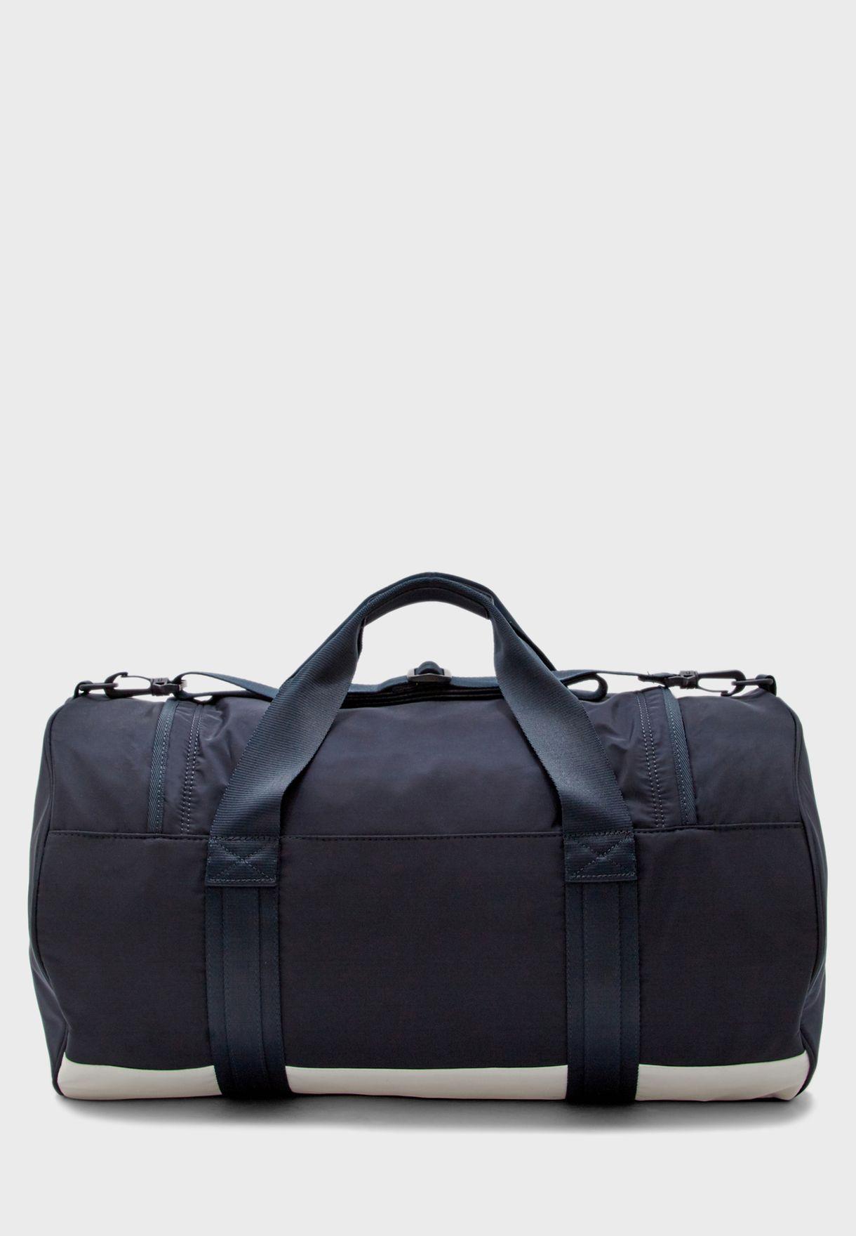حقيبة سفر بشعار الماركة