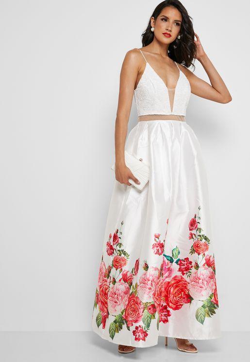 فستان بياقة عميقة وطبعات ازهار