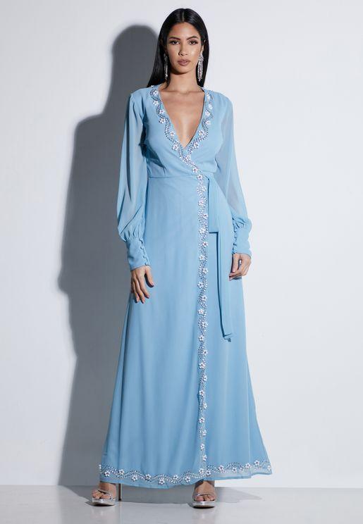 فستان بياقة عميقة وحزام خصر