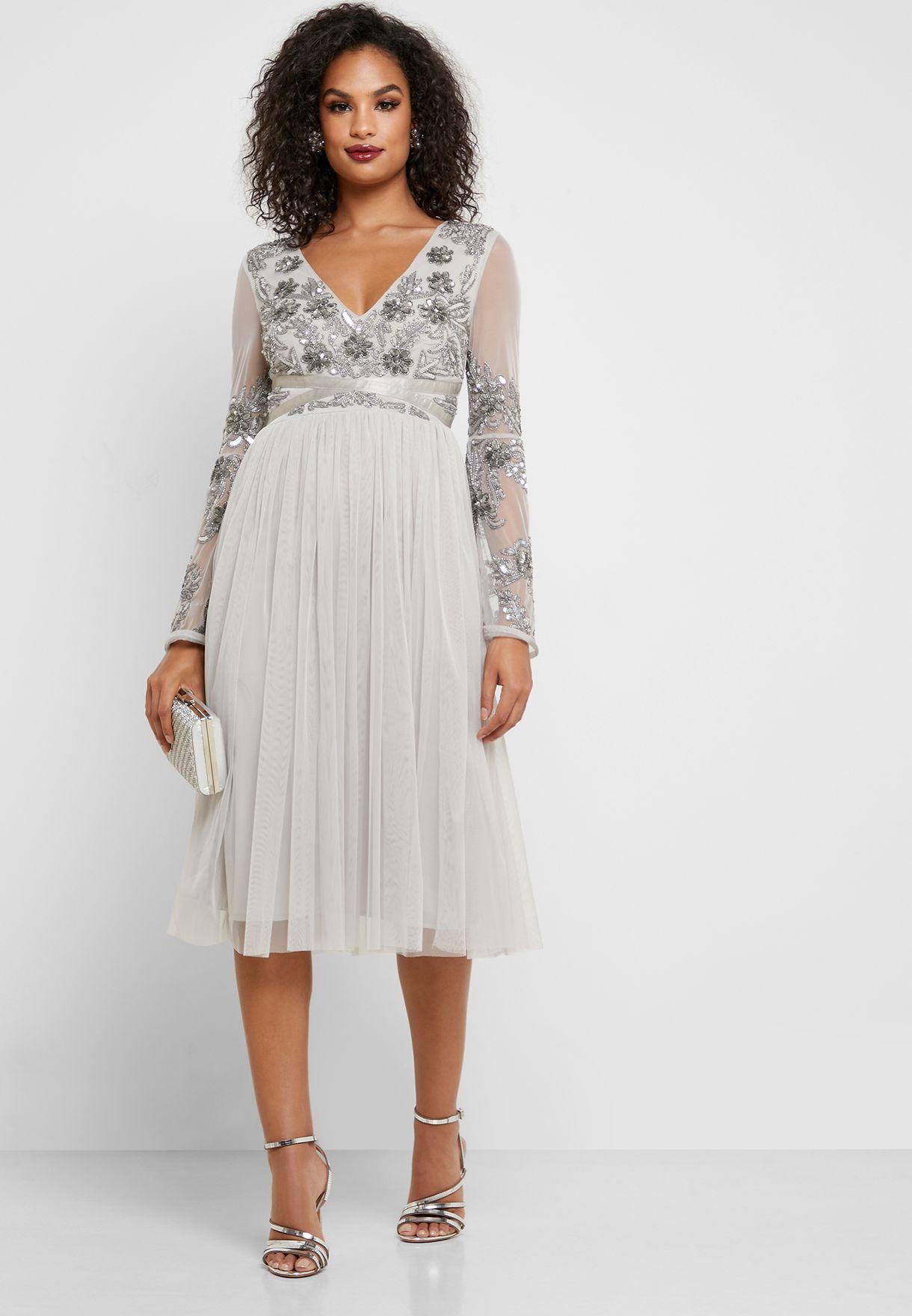 فستان مطرز بأكمام شفافة