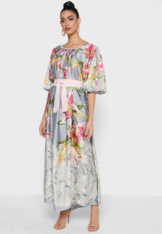 فستان بطبعات ازهار واكمام منفوشة