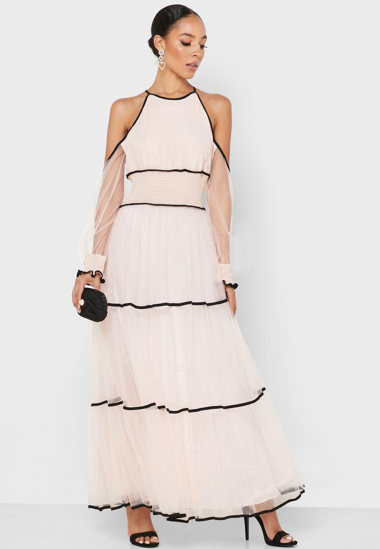 فستان يكشف الاكتاف