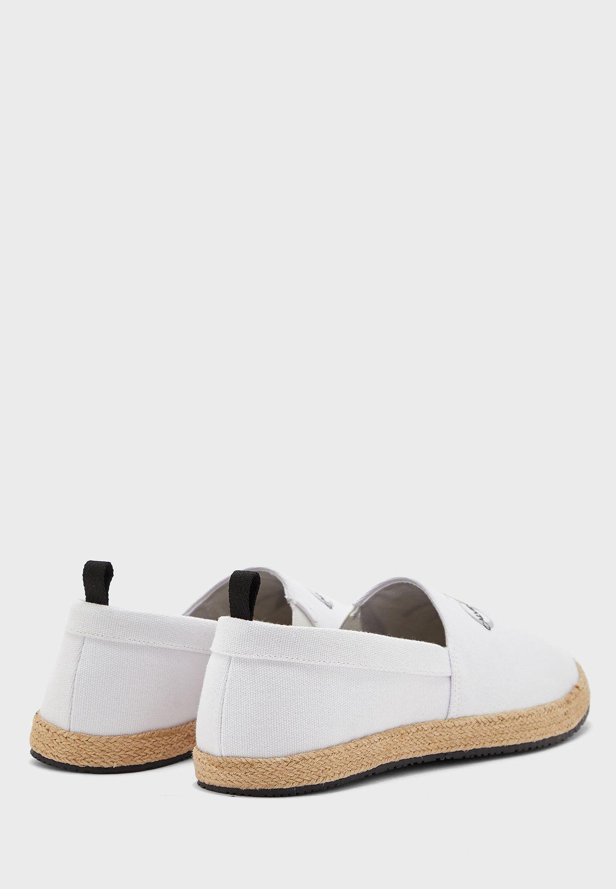 حذاء كاجوال بشعار الماركة