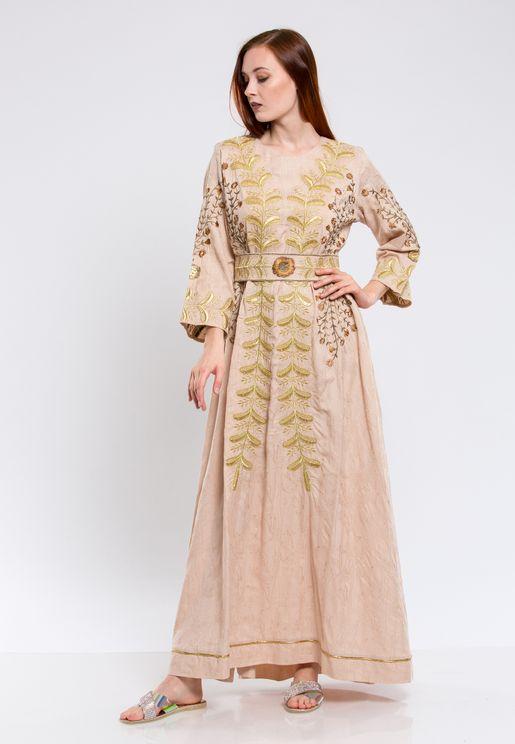 فستان بنمط جلابية مطرزة مع طيات