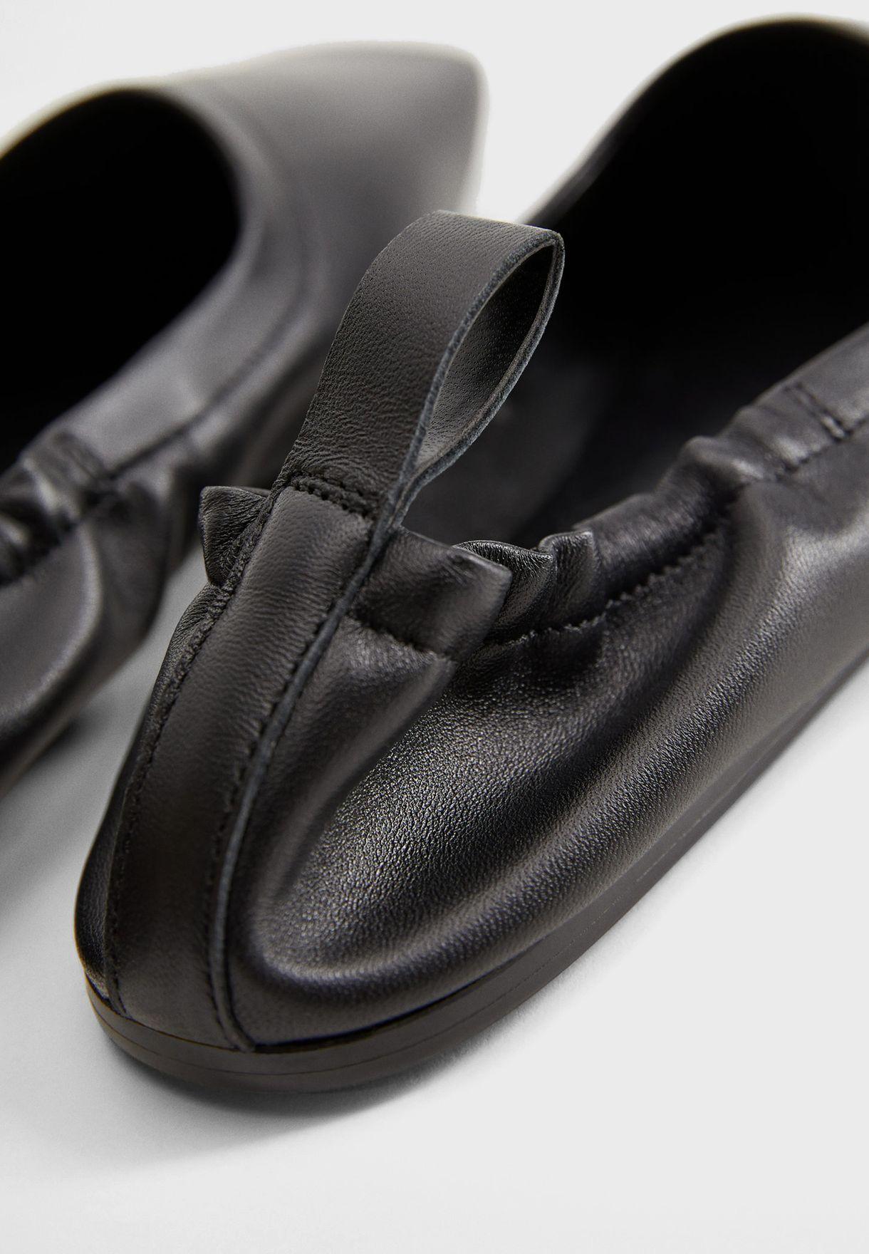 حذاء من مجموعة كوميتيد