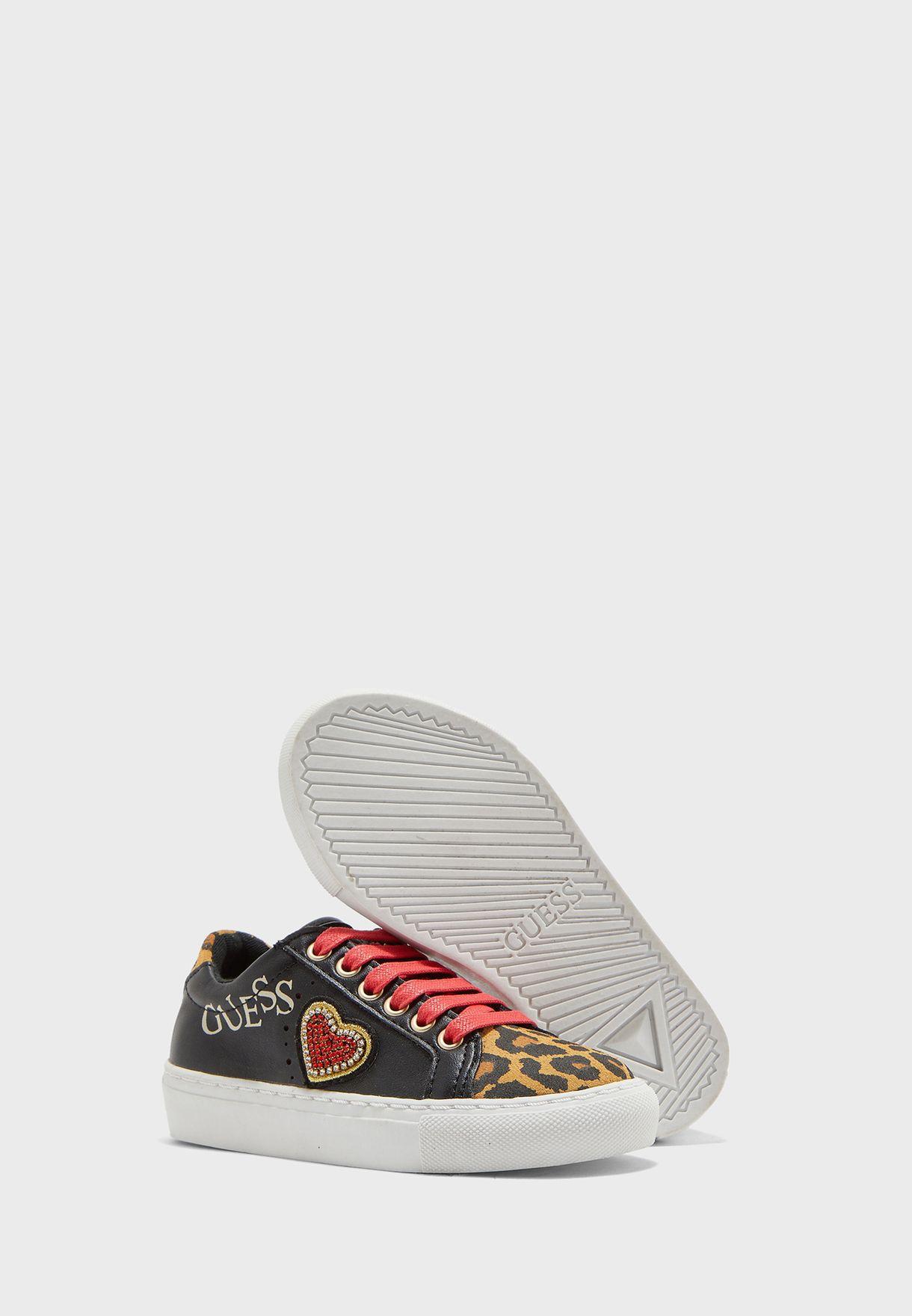 حذاء سنيكرز مزين بقلب