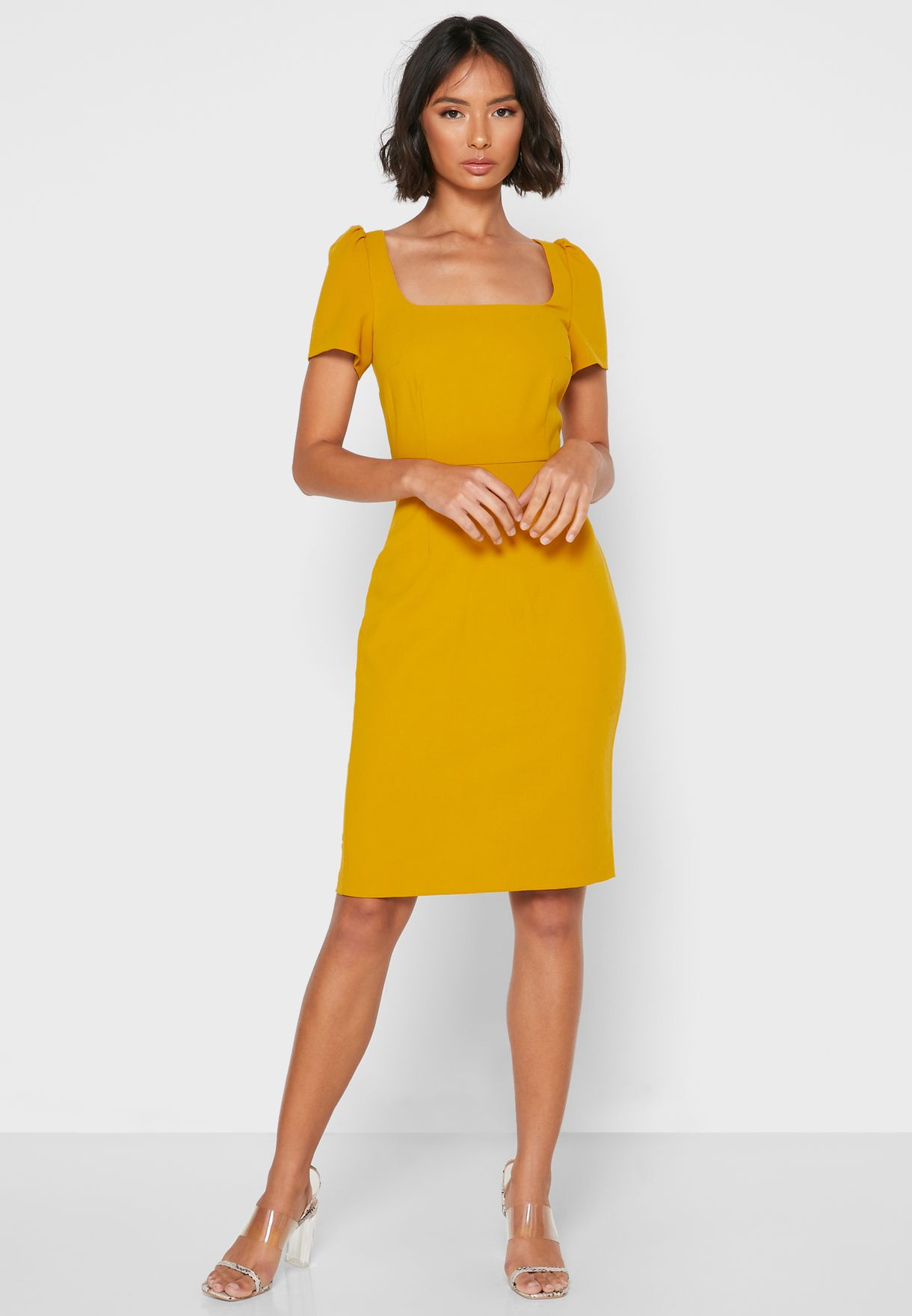 فستان بياقة مربعة