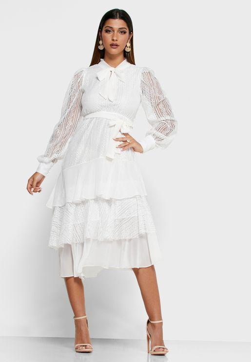 فستان مكسي بطبقات دانتيل وكشكش مع اربطة على الياقة