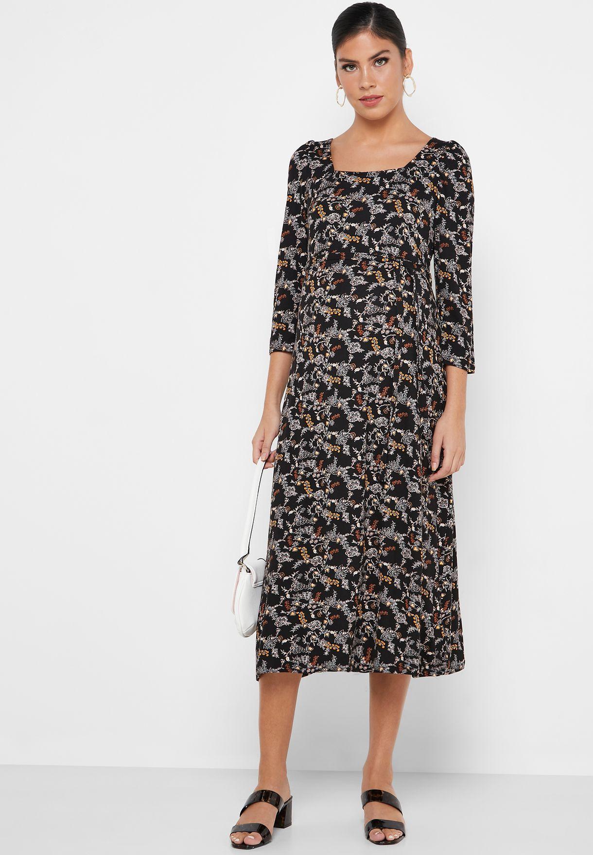 فستان بطبعات ازهار و ياقة واسعة