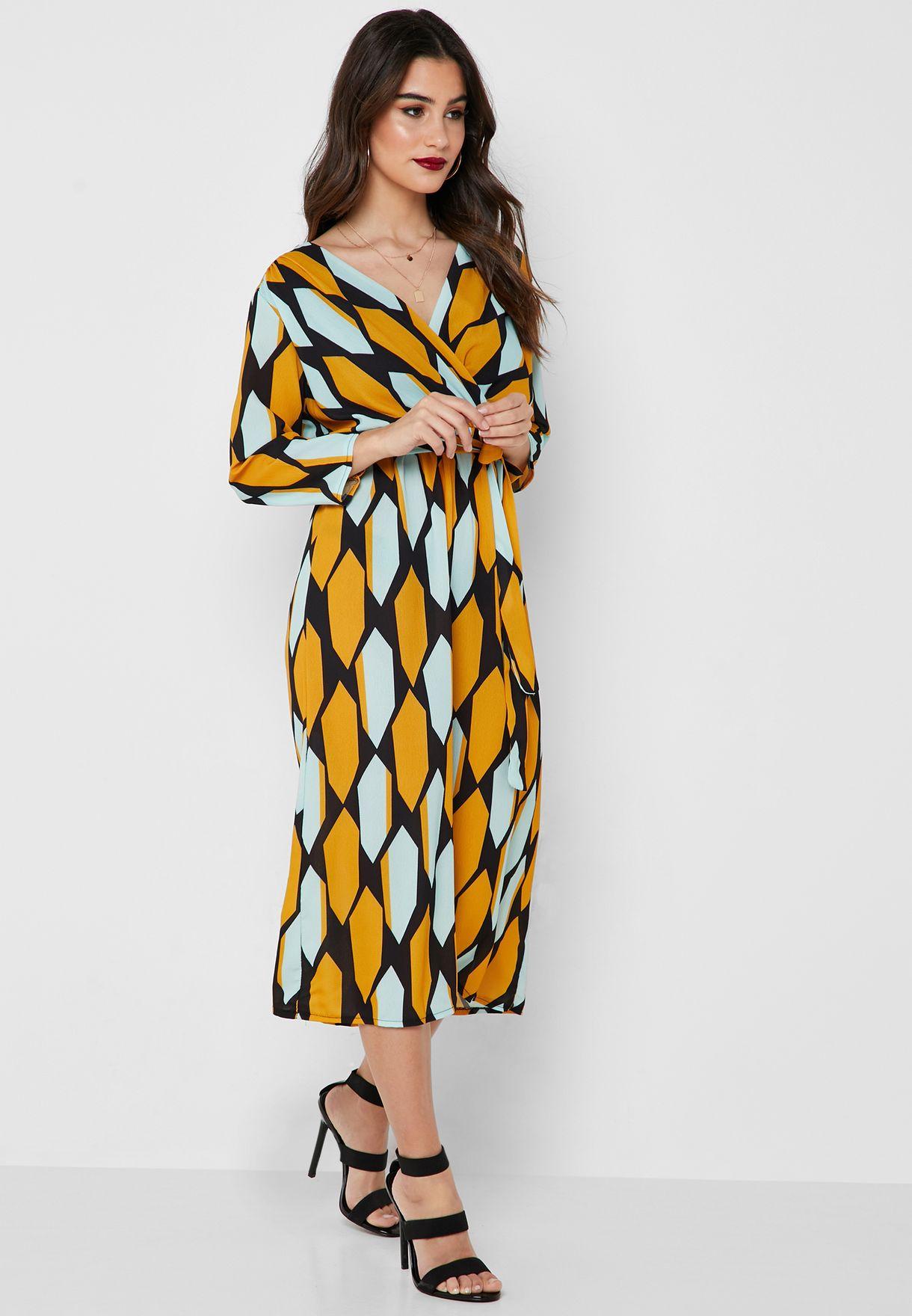 فستان ميدي بنمط لف وطبعات هندسية