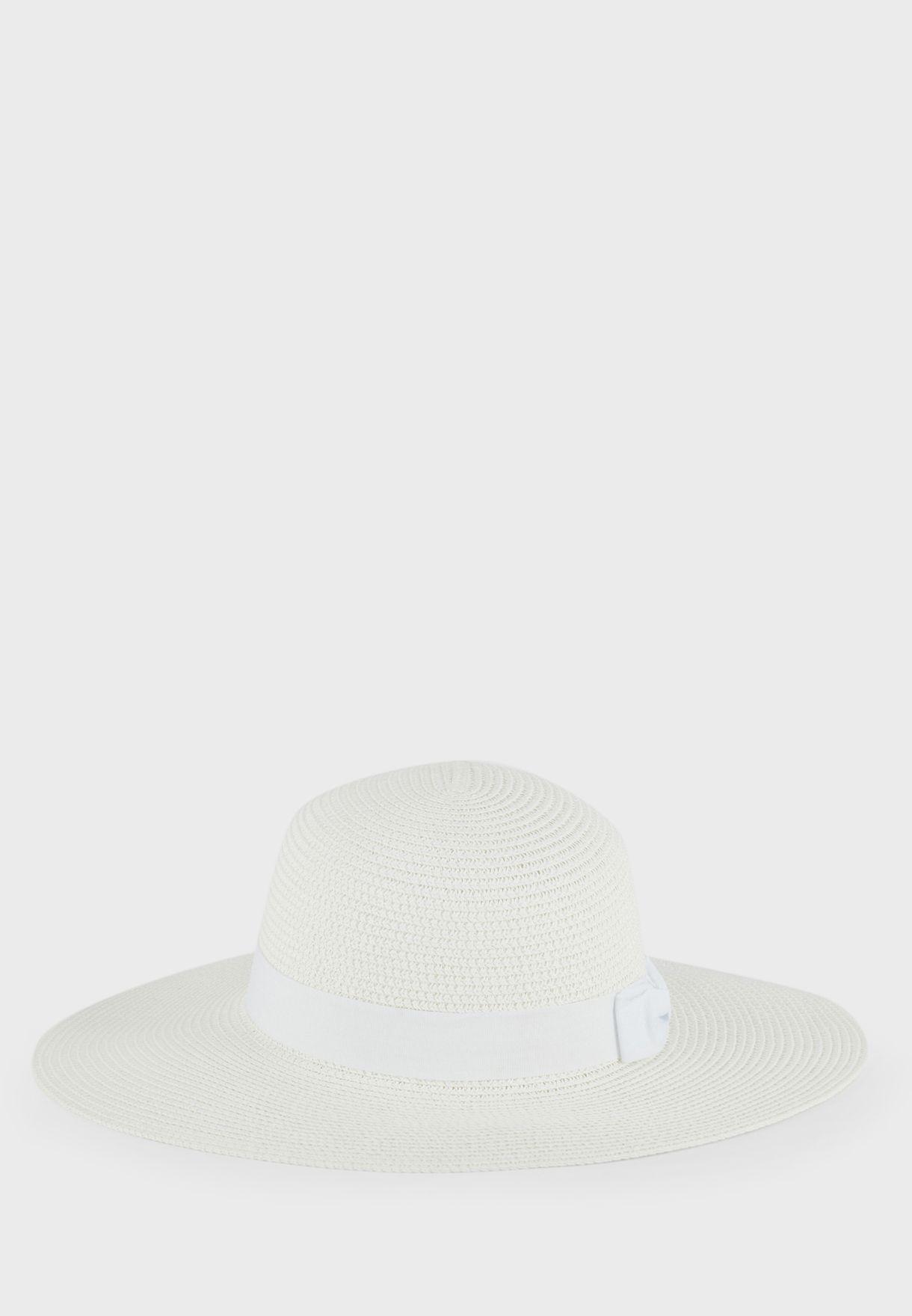 قبعة مزينة بفيونكة