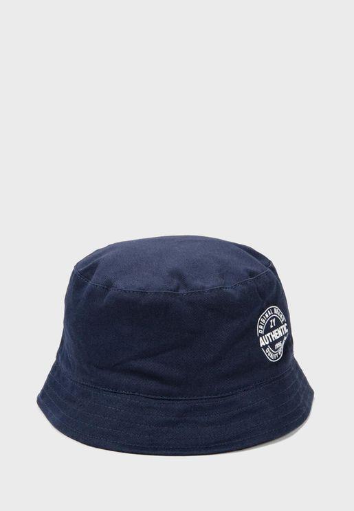 قبعة بحافة واسعة