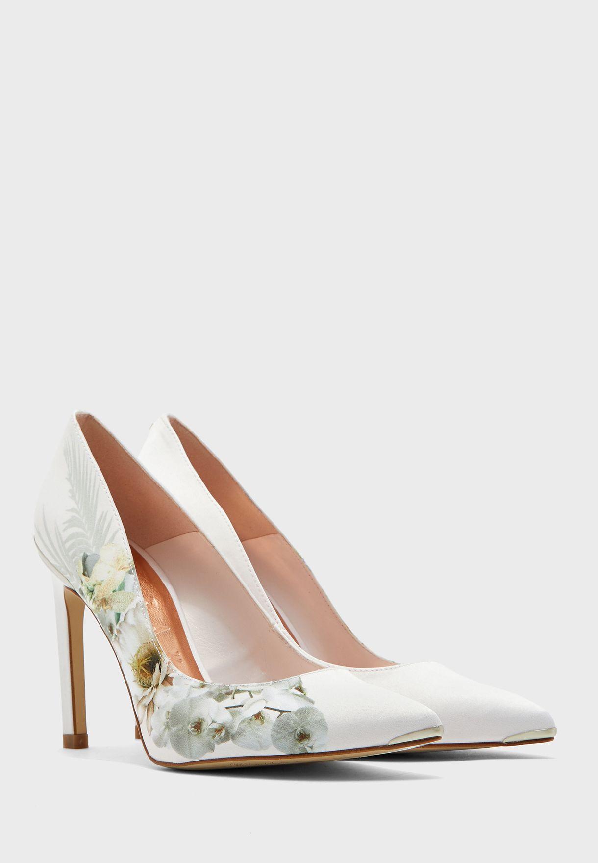 حذاء بطبعات ورود