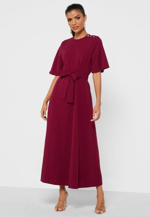 فستان بحزام خصر وياقة دائرية