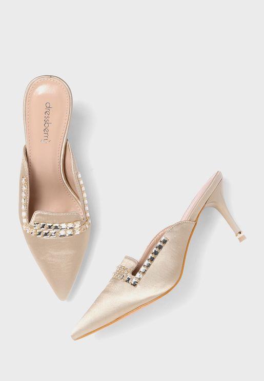 حذاء بكعب عالي ومزين بدبابيس