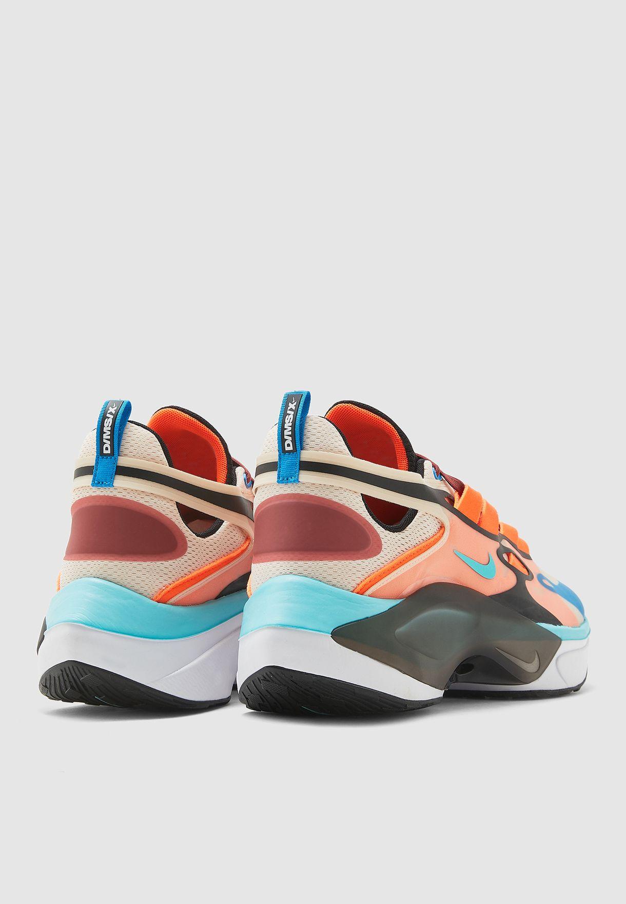 حذاء رياضي مزين بشعار الماركة