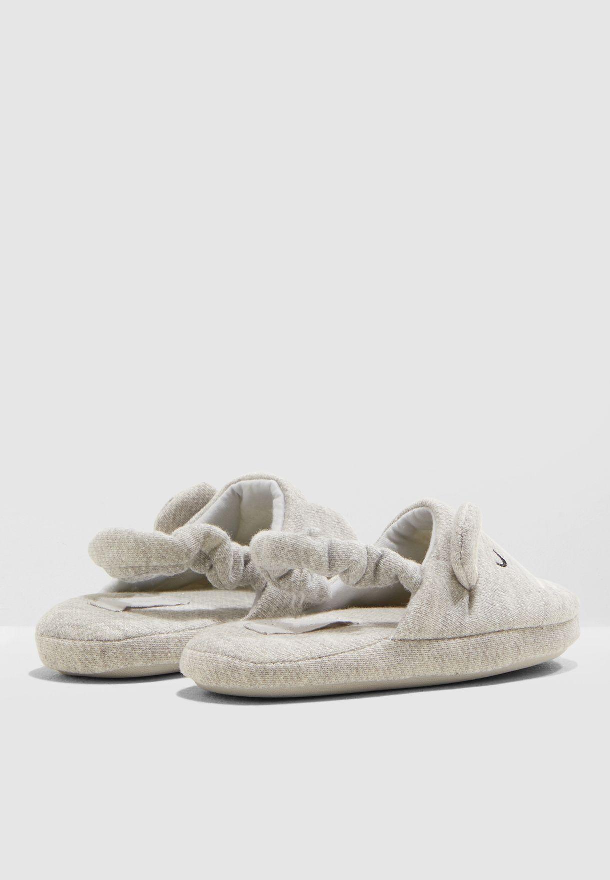حذاء مزين بفرو عشكل قطة