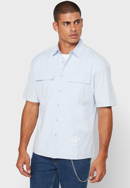 قميص بطبعة كتابة