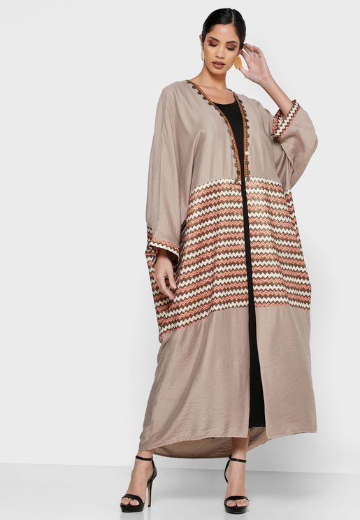 عباية مخططة مع فستان ميدي